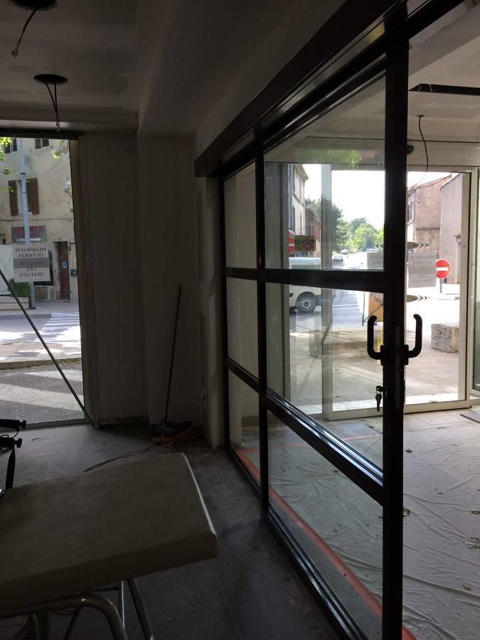 installation d 39 une porte coulissante manuelle dans l 39 aire. Black Bedroom Furniture Sets. Home Design Ideas